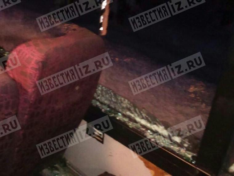 Пятый канал публикует эксклюзивные фото автобуса вПодмосковье, накоторый упало дерево