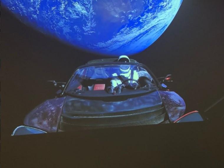 «Без паники!»— Илон Маск опубликовал видео полета Tesla вкосмосе