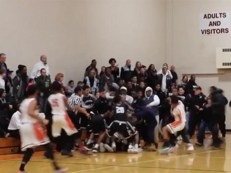 ВСША массовое побоище между школьными баскетбольными командами полицейские разгоняли перечным газом