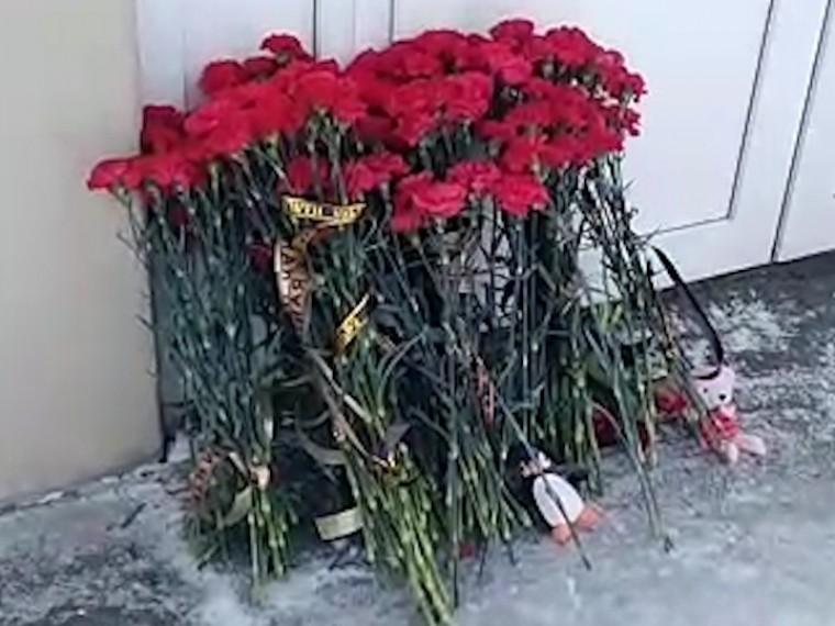 Жители Орска несут цветы впамять опогибших вавиакатастрофе Ан-148