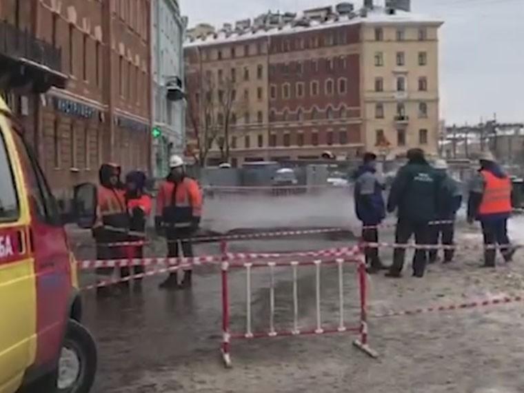 центре петербурга прорыва трубы образовалась огромная воронка