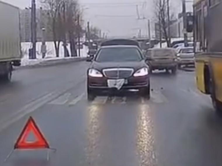 Петербургский водитель устроил ДТП ипытался спрятать номера— видео