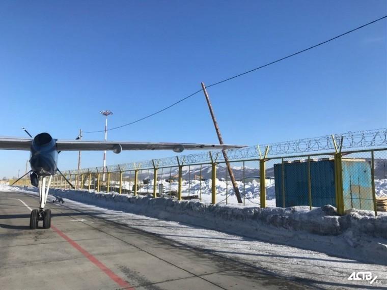 Ваэропорту Южно-Сахалинска самолёт задел крылом столб