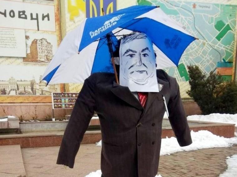 Сторонники выдворенного Саакашвили спалили чучело Порошенко, требуя импичмента