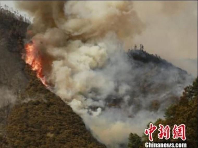 Полторы тысячи человек ипожарные вертолеты борются согнем лесах китайской провинции Сычуань