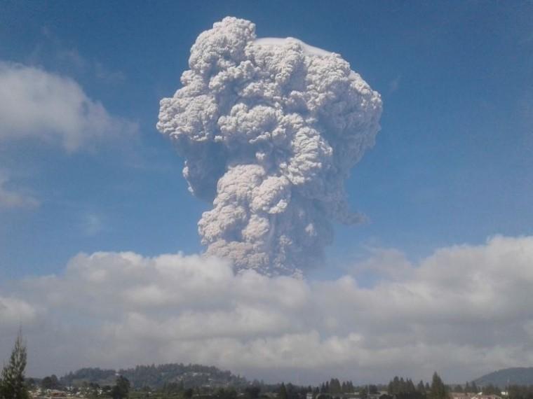 Шокирующее извержение вулкана вИндонезии запечатлели навидео