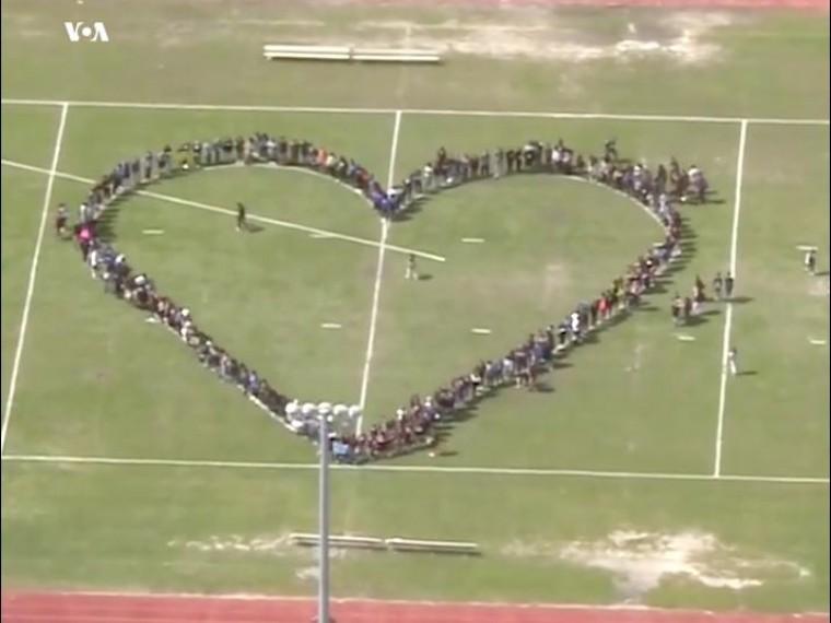 Школьники выстроились вформе сердца вподдержку учеников школы, где застрелены 17 человек