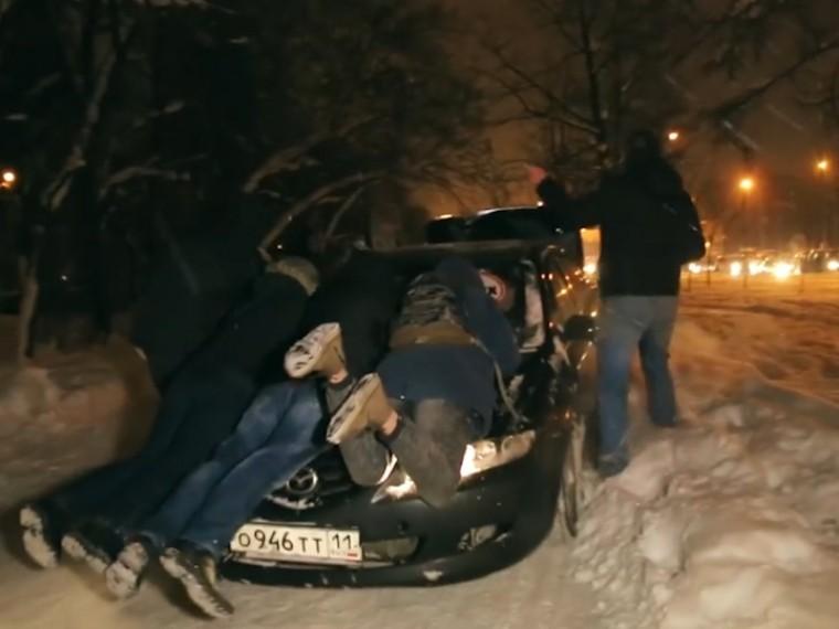 Обезумевший водитель BMW покатал накапоте пешеходов попетербургским дворам