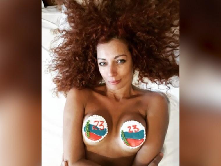 Экс-солистка «Ленинграда» Юлия Коган вкачестве подарка мужчинам показала грудь