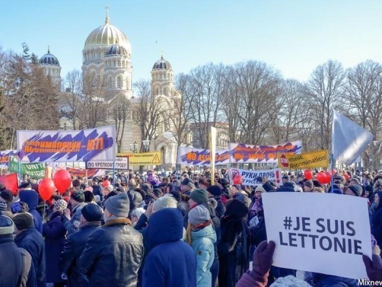 «Ассимиляциинет!»— тритысячи человекпришло намитинг взащиту русских школ вЛатвии