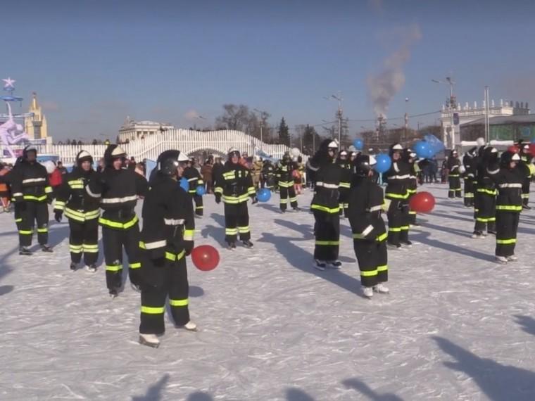 Около 1,5 тысяч человек поучаствовали впожарно-спасательном флешмобе вМоскве— видео