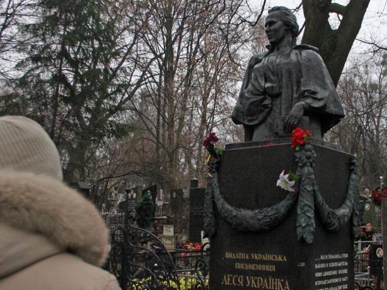 ВКиеве вандалы пустили наметаллолом части памятника Лесе Украинке
