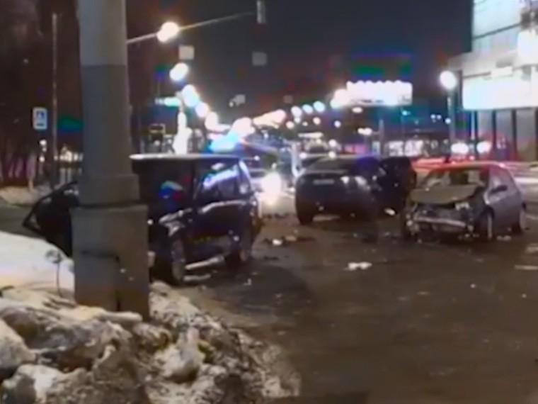 Опубликовано видео массового ДТП синомарками вМоскве