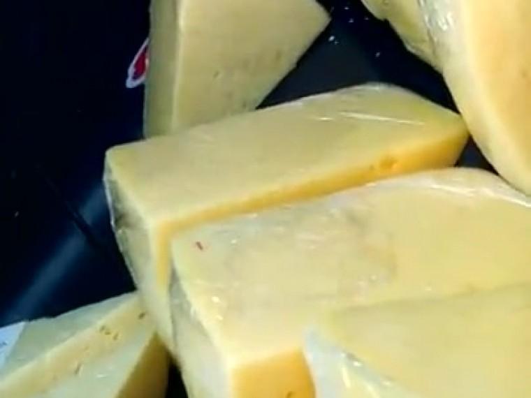 Оголодавшая крыса дегустировала сыр прямо наглазах покупателей вподмосковном супермаркете