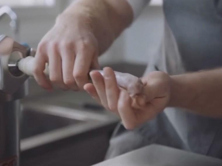 «Натянуть насосиску» и«высосать изшланга»— швейцарская социальная реклама пропагандирует безопасный секс