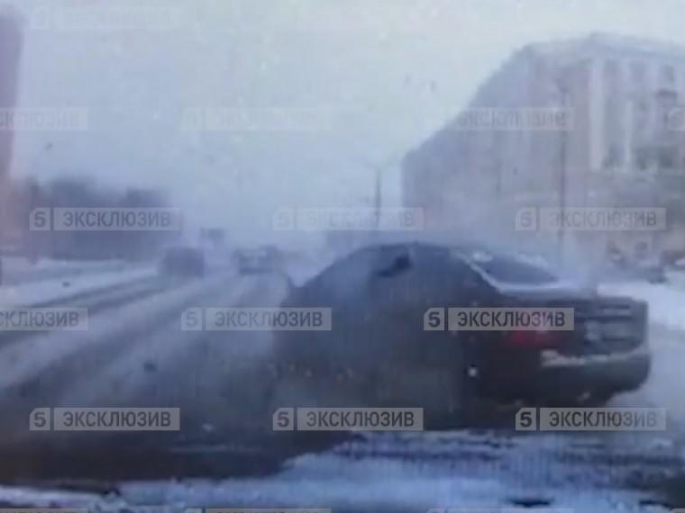 Момент столкновения восьми машин вМоскве попал навидео