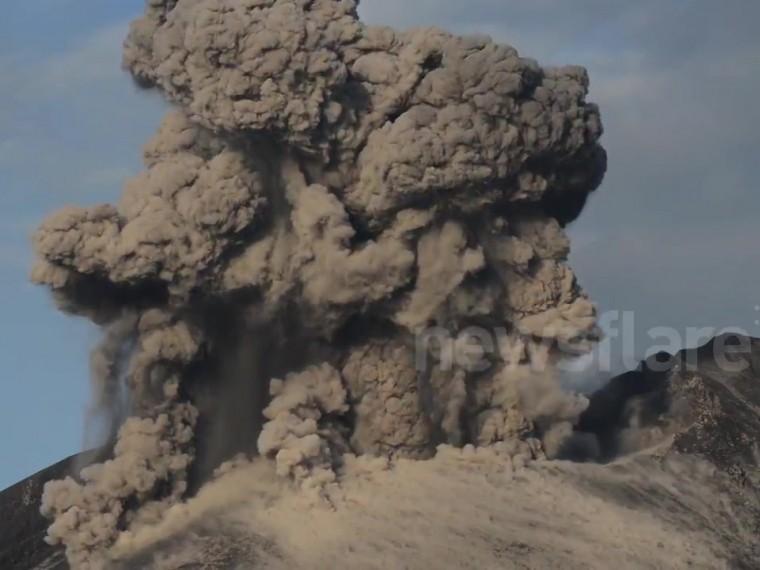 Более 60 рейсов отменены вЯпонии из-за извержения вулкана Симмоэ