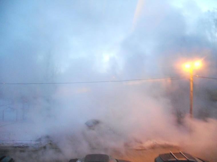 Первое видео сместа прорыва трубы наулице Танкиста Хрустицкого вПетербурге