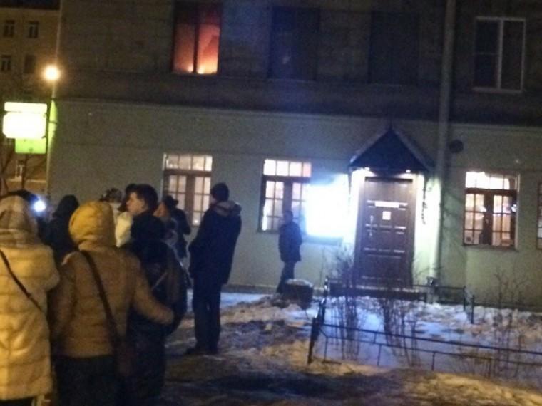 Вцентре Петербурга горит квартира— жители ждут пожарных