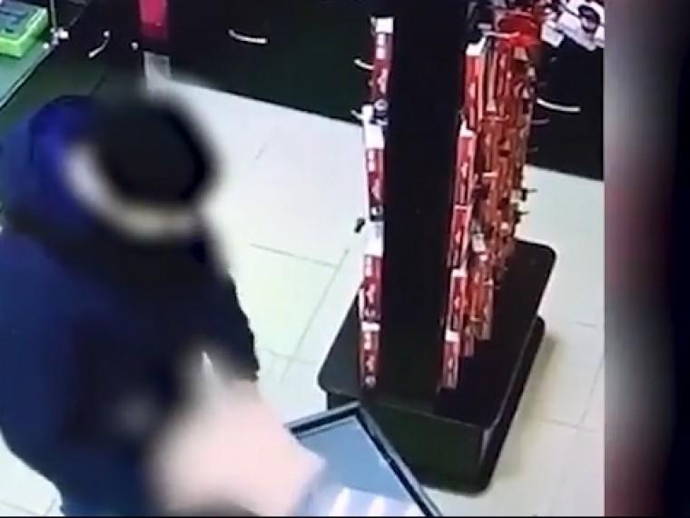 Неудержался. Распалившийся москвич протестировал секс-игрушку прямо вмагазине— видео18+
