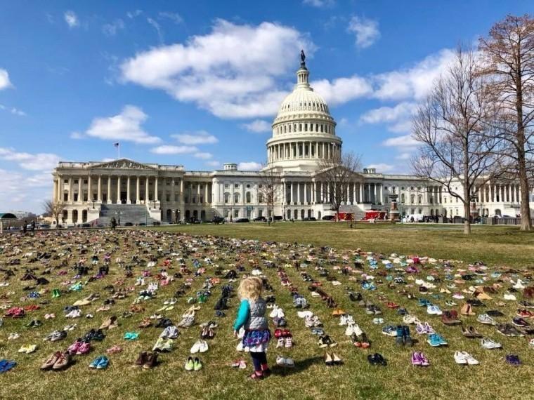 Семь тысяч пар детской обуви выложили противники оружия перед Капитолием встолице США