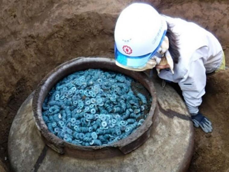 Японские археологи обнаружили самый большой вистории страны клад