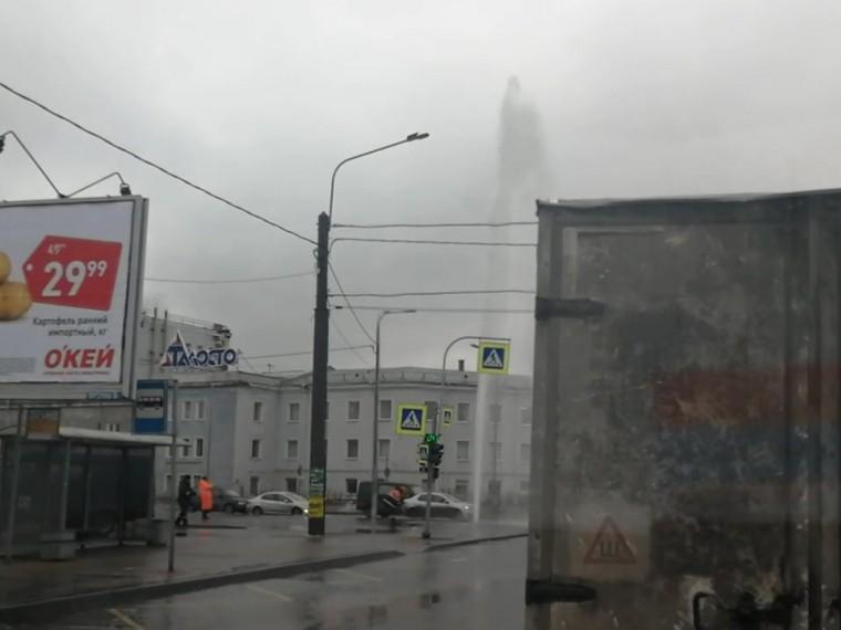 Фонтан изпрорванной трубы «украсил»Московский район Петербурга