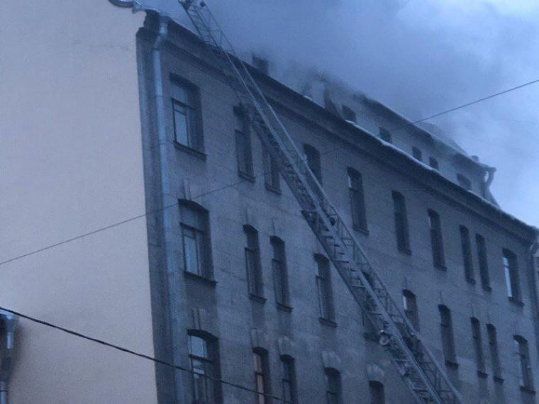 центре петербурга загорелась мансарда жилого