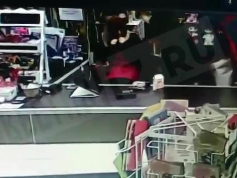 Видео: дерзкий разбойник стащил изцветочного магазина вПетербурге пять тысяч рублей