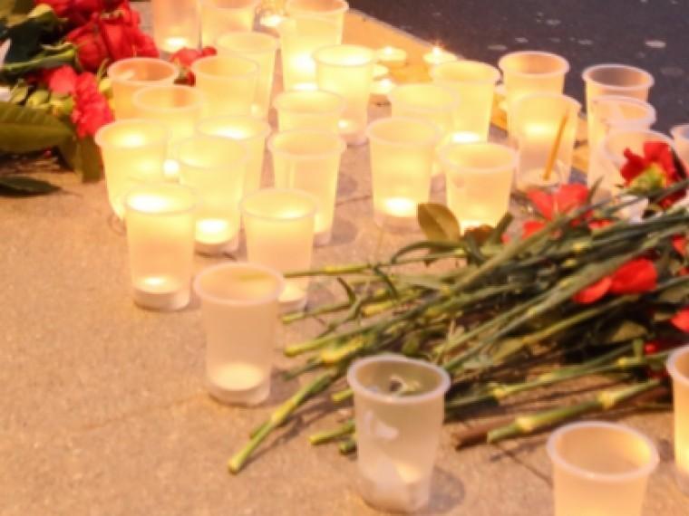 стихийный мемориал памяти жертв трагедии кемерово горел ночью