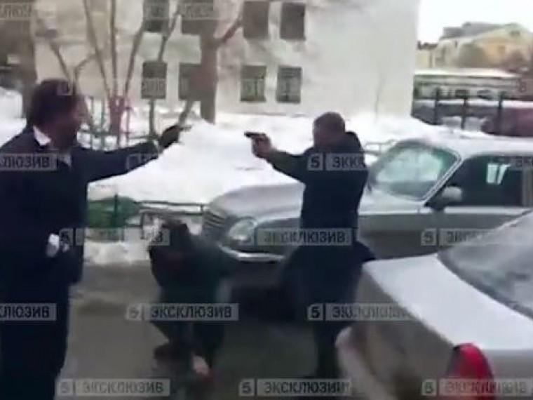 Уздания Министерства финансов вЕкатеринбургемужчины устроили огнестрельную дуэль— видео