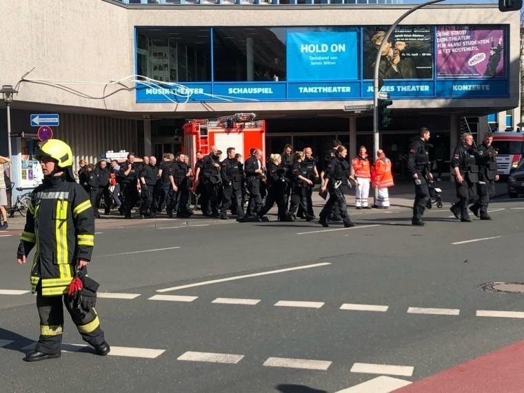 германии автомобиль влетел группу пешеходов погибшие