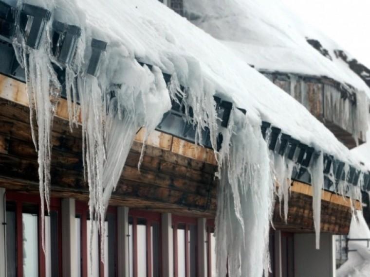 Упавшая скрыши глыба льда едва неубила двоих малышей вдетсаду вЮгре