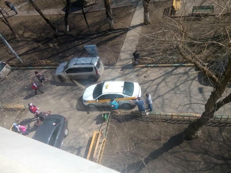 Таксист сбил ребенка водворе наюго-востоке Москвы