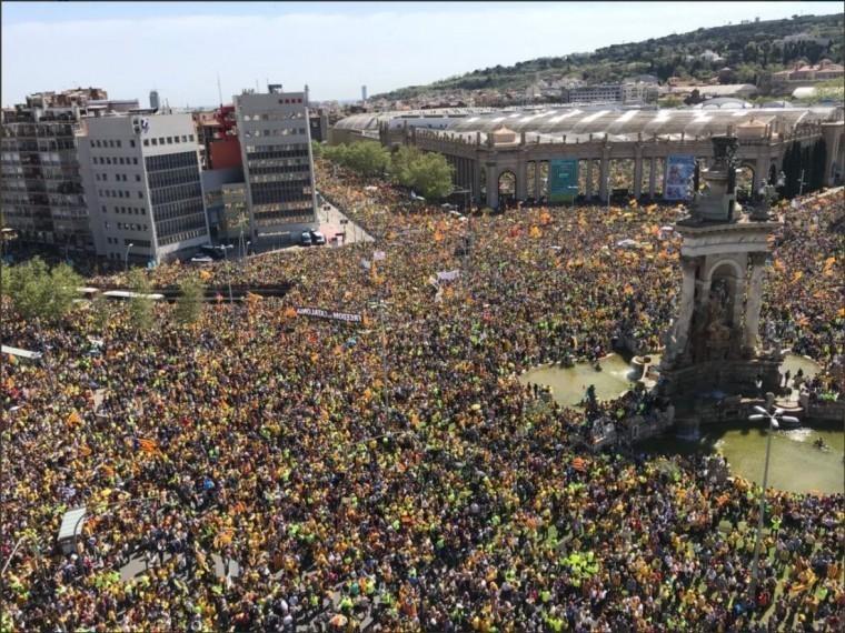 300 жителей барселоны вышли требованием освободить каталонских политиков