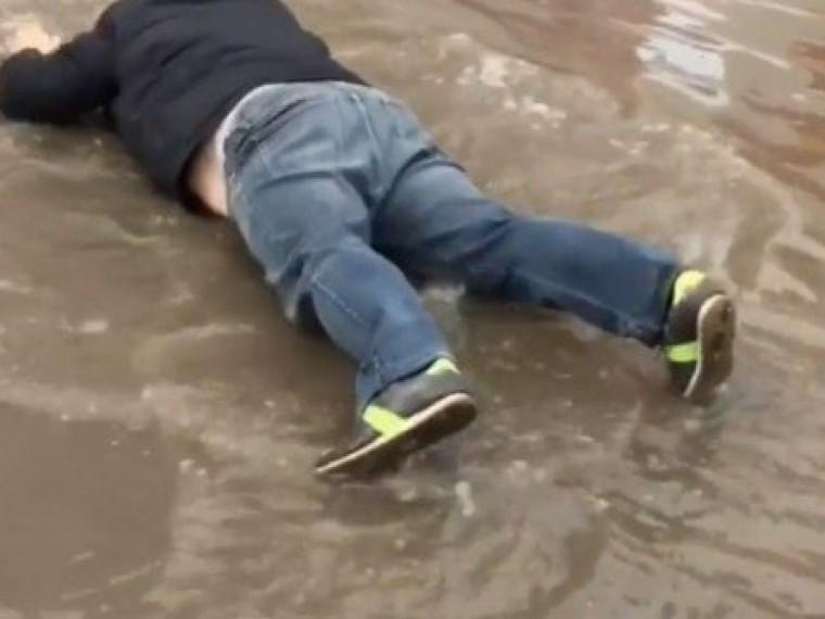 ВТюмени видеоблогер превратилсяврусалку ипрыгнул влужу