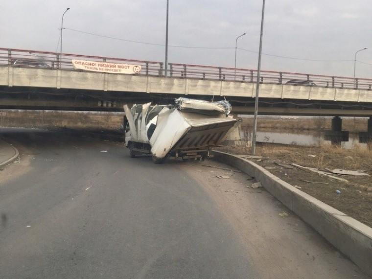 Знаменитый петербургский мост «ГАЗель непроедет» «нашинковал» очередной грузовик упертого водителя