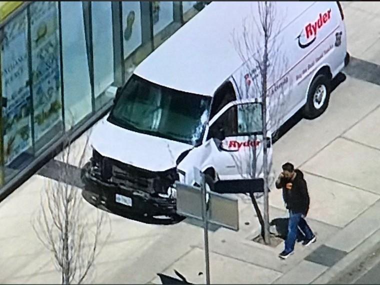 Микроавтобус протаранивший пешеходов вТоронто мог быть взят варенду