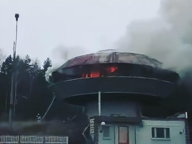 набережных челнах полыхает здание бывшего кафе кадры