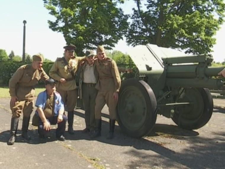 Жителей Берлина шокировала группа людей всоветской военной униформе— видео