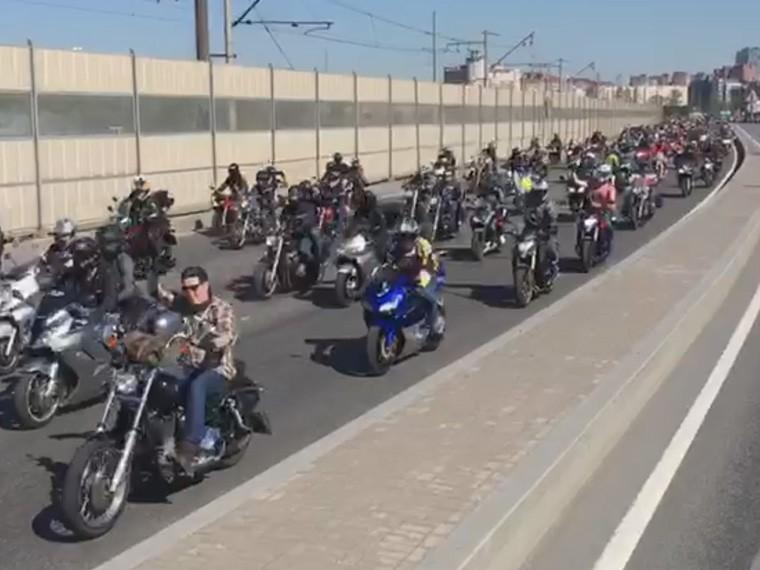 петербургские байкеры открыли сезон мотопробегом портретами героев-мотоциклистов