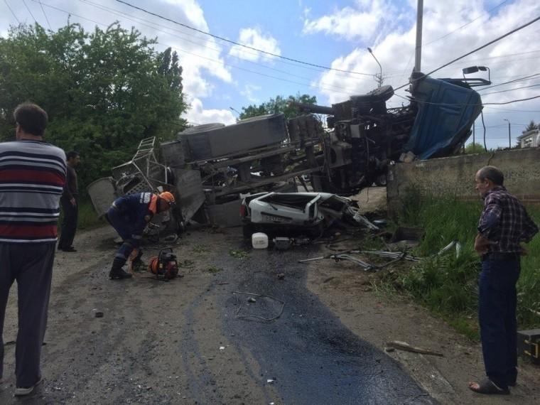 ВСтаврополе бетономешалка упала на«Ниву»— погибли двое