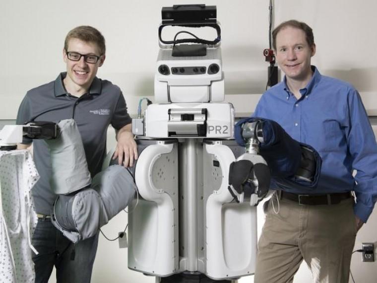 ВСША научили робота одевать людей— видео