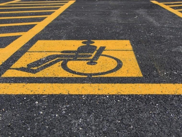 Инвалидам вРоссии разрешат парковаться под запрещающими знаками