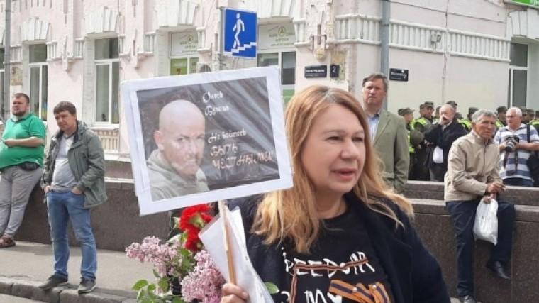 Видео: Украинские радикалы облили зеленкой организатора «Бессмертного полка»