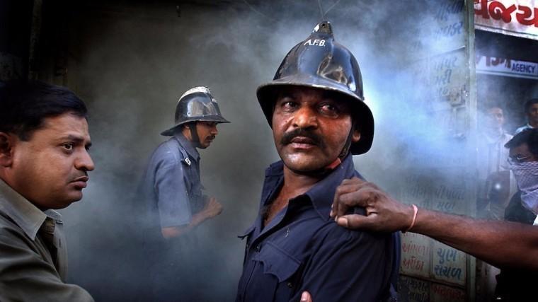 Виндийском городе Мумбаи полыхает небоскреб— яркое видео