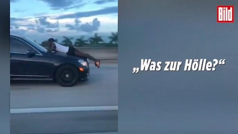 Видео: настойчивый экс-бойфрендлежит накапоте седана, летящего на110км/ч