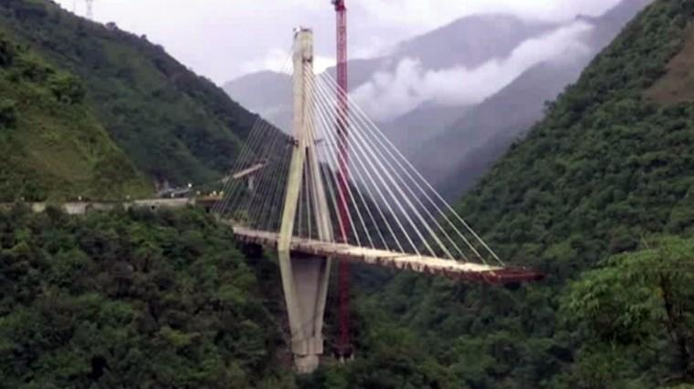 ВКолумбии взрыв моста над каньоном глубиной в300 метров сняли навидео