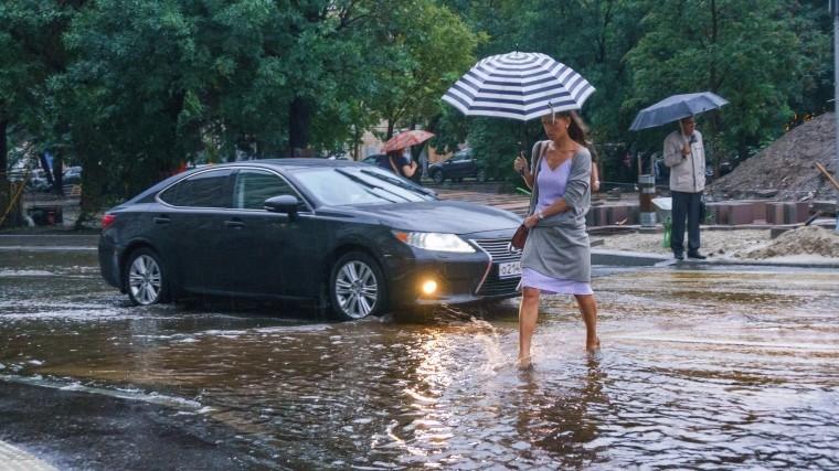 Сильный ливень затопил дороги Новочеркасска всего за15 минут