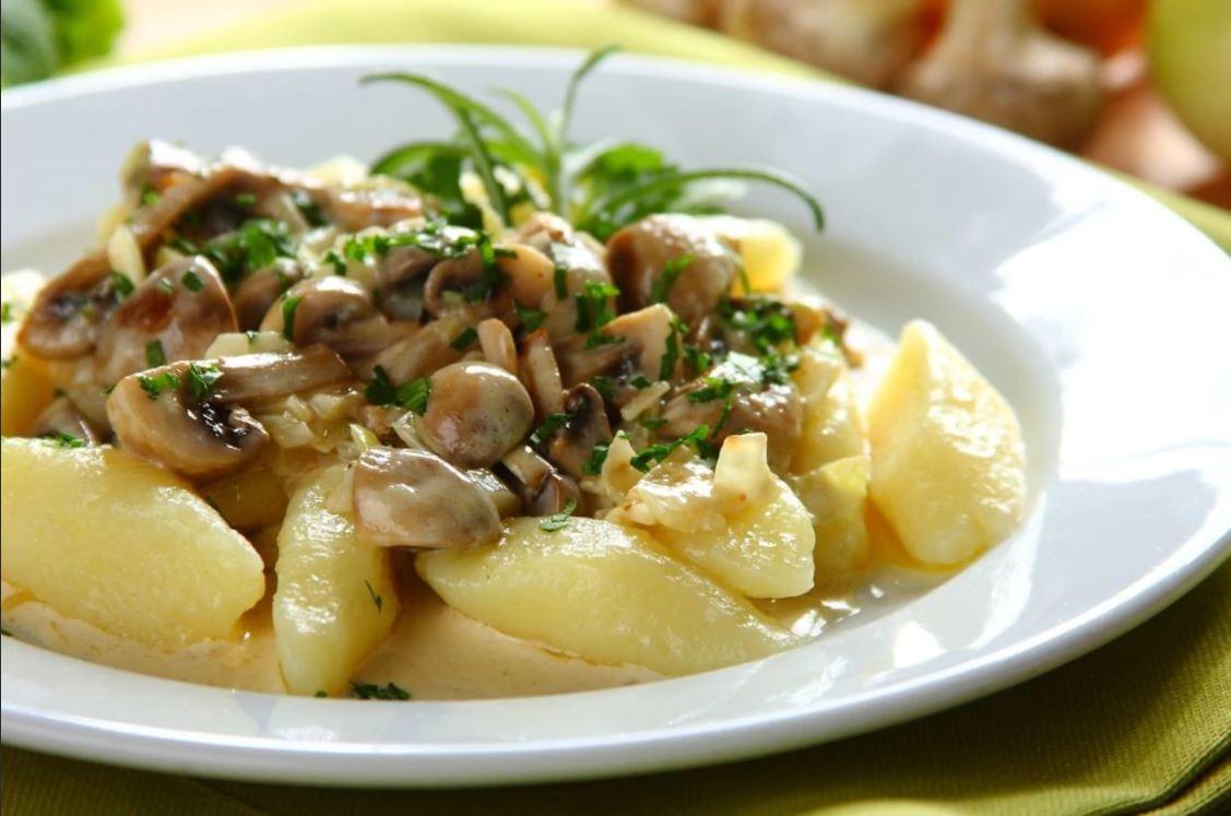 Рецептом белорусского блюда «Капытки» делится кулинарный блогер Максим Гринкевич